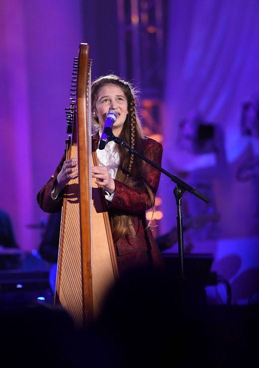 Jeneve playing harp on American Idol