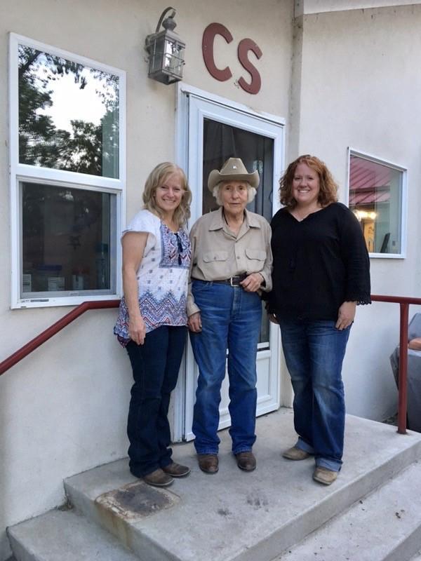 Women of the West Award winner Linda Davis visited with Western Horseman editors Christine Hamilton and Jennifer Denison.